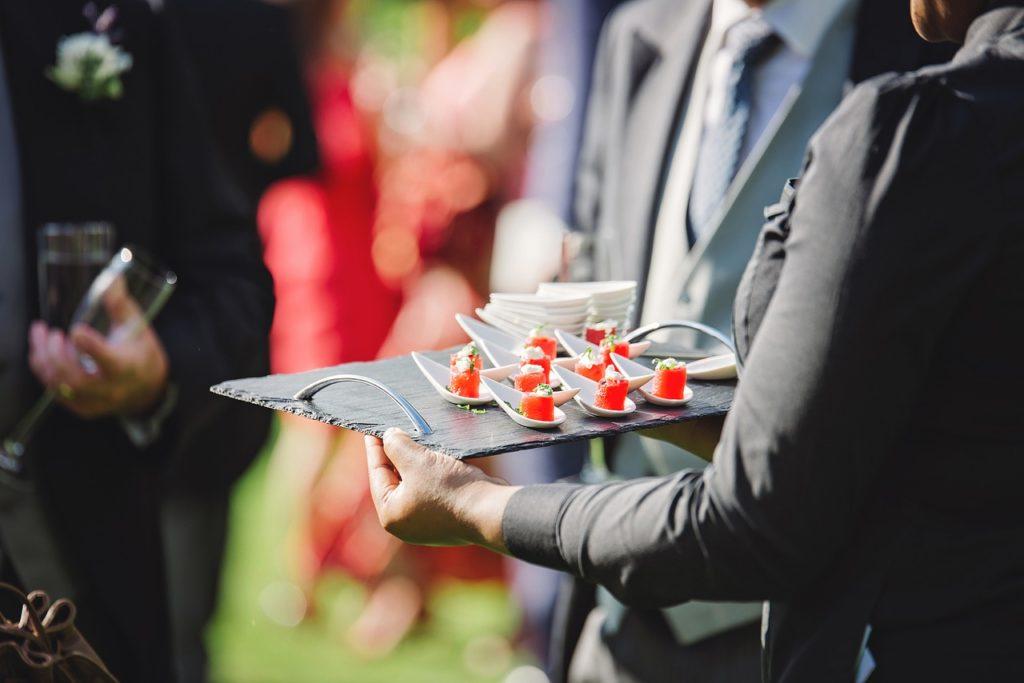 Serveur traiteur cocktail salle de mariage
